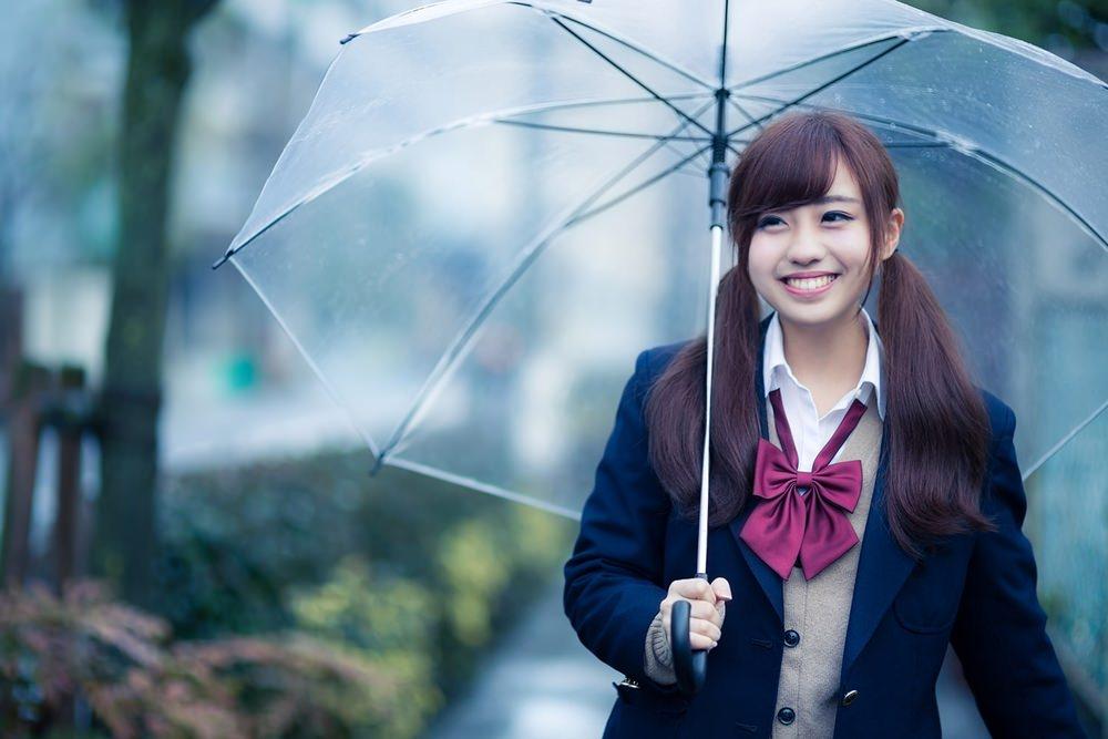 雨の日の可愛い女子高生